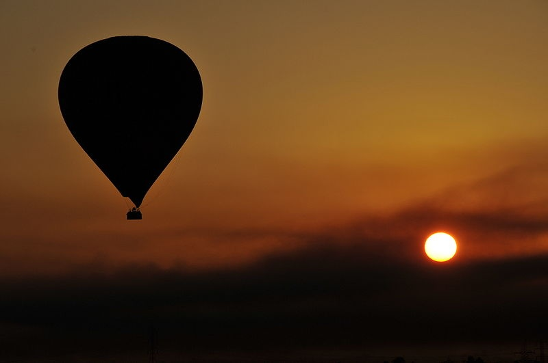800px-Balloon_over_Luxor_-_Egypt