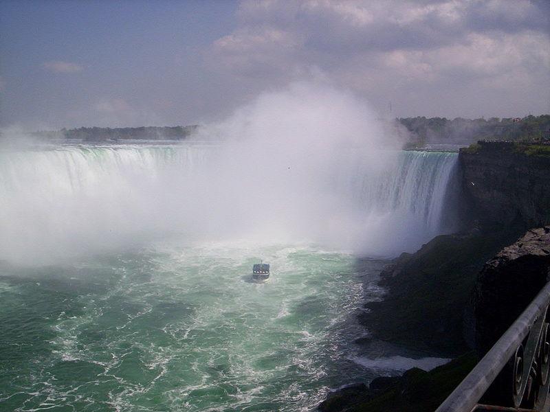 Прогулочный теплоход под Ниагарским водопадом, вид с канадской стороны